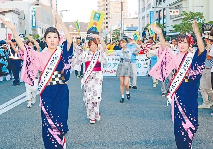 市民パレードの先頭で踊るきたかみキャンペーンレディ