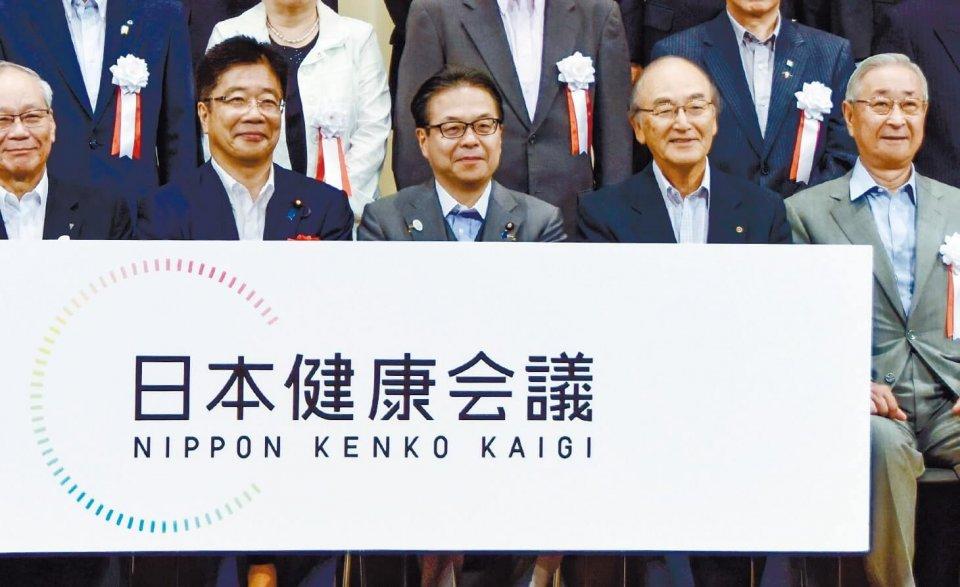 加藤大臣(左から2人目)、世耕大臣(同3人目)、三村会頭(同4人目)