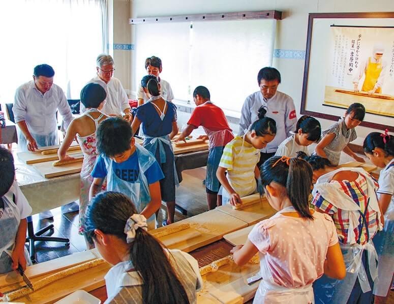 「食品販売探検隊」は亀印製菓で菓子づくりを体験