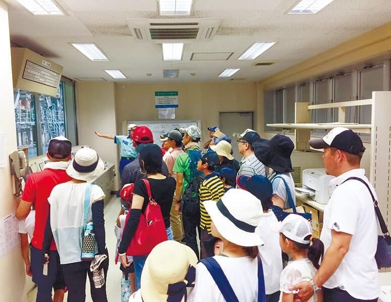 日本製紙では段ボール原紙製造工場の設備を見学