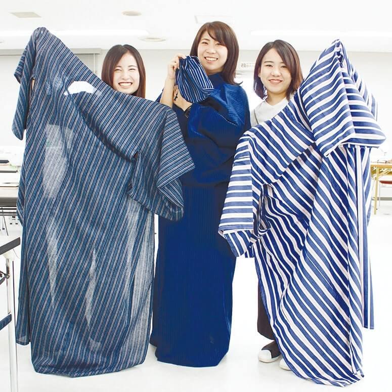 完成した浴衣を披露する学生ら