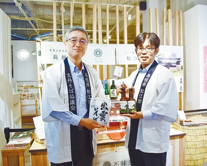 土産品製造・卸、中浦食品の河野淳一さん(右)と同所の竹下昌宏さん