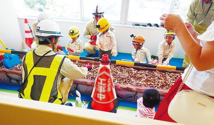 なりわい体験で、ガス管工事を体験する子どもたち