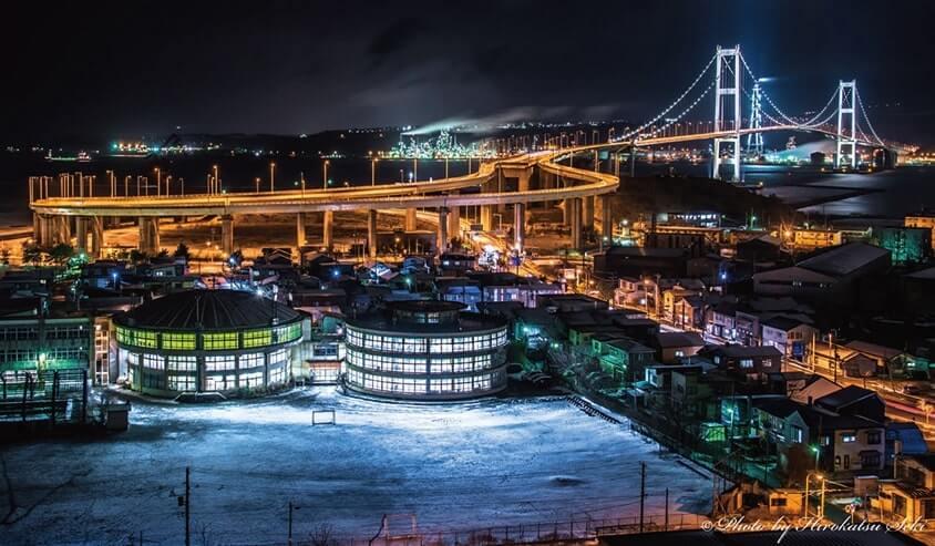 鳥湾を跨ぐ白鳥大橋と工場群(夜景)