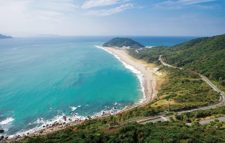 太平洋の荒波を受けて湾曲した美しい砂浜