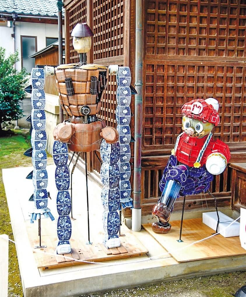 陶器でつくられたマリオ(右)とアニメ「天空の城ラピュタ」のロボット兵