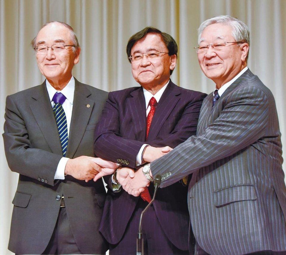 左から三村会頭、経済同友会の小林喜光代表幹事、日本経済団体連合会の中西宏明会長