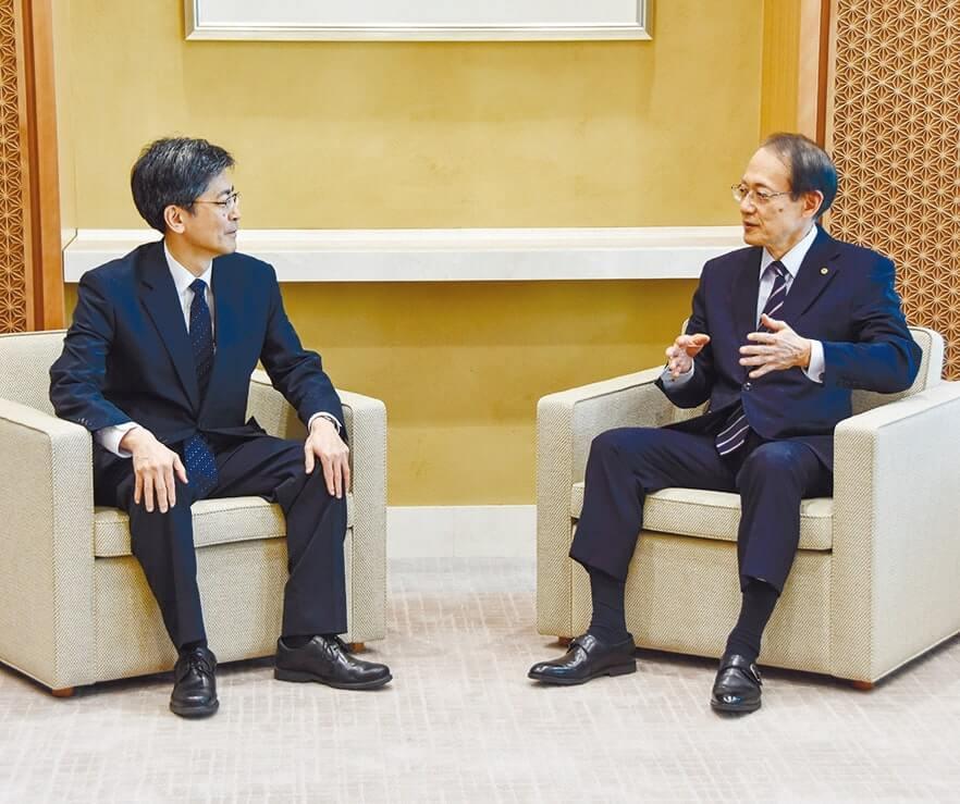 意見交換する石田専務理事(右)と星野局長(左)