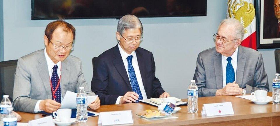 ヒメネス大臣(右)と意見交換する伊東団長(左)