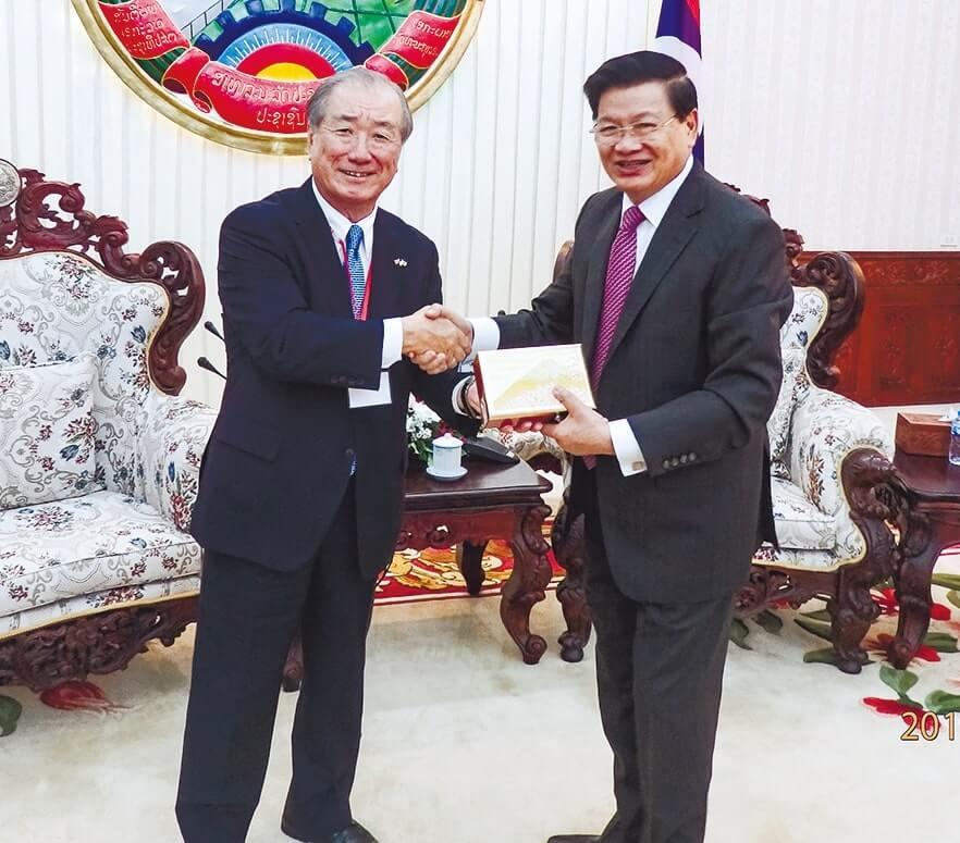 ラオスのトンルン首相(右)と小林委員長(左)