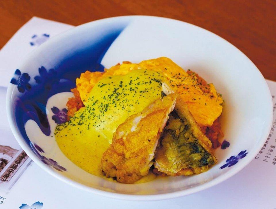 専用の有田焼の器に盛られた五錦飯
