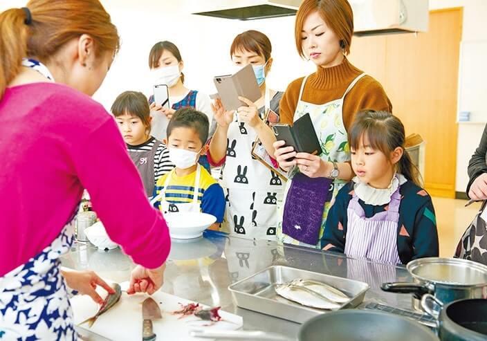 料理教室では魚のさばき方も説明