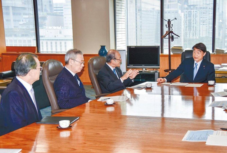 左から東商の塚本隆史特別顧問、日商の前田新造特別顧問、三村会頭、根本大臣