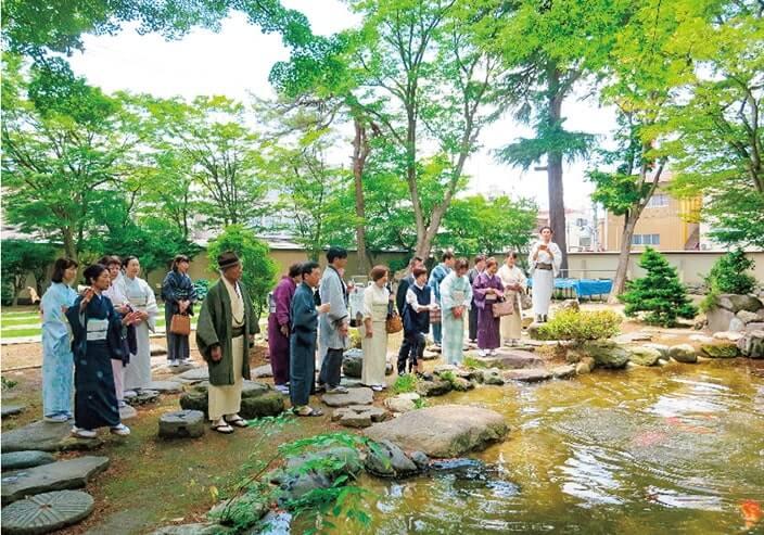 1日のツアーでは小千谷豪商の館・西脇邸庭園で錦鯉を鑑賞