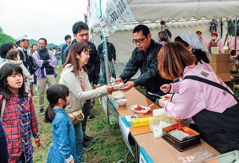 「総社YEG赤米カレー」と赤米の餅を販売