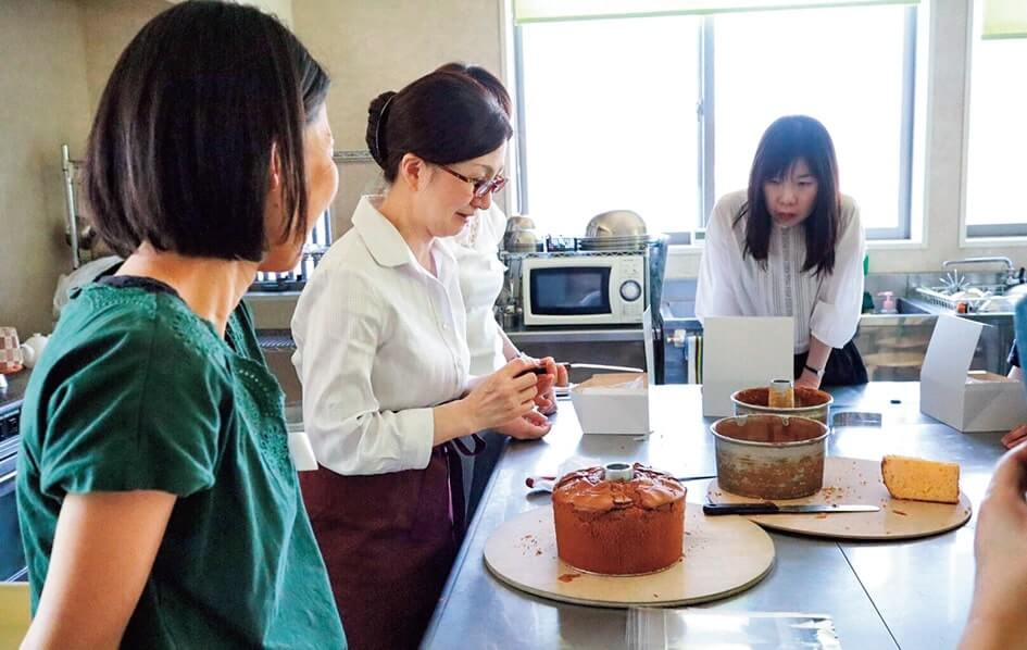 店舗見学や参加者によるケーキのカット、ラッピングや箱詰めの体験も行われた
