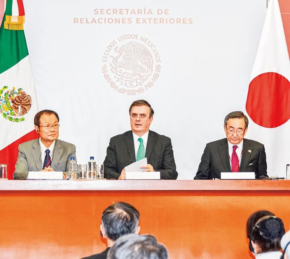 エブラル外務大臣(中央)に日本側の要望を伝えた伊東団長(左)と朝田照男副団長(右)