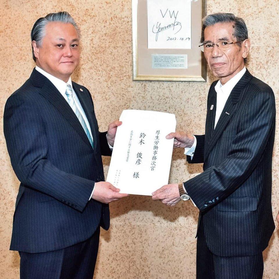緊急要望を手交する伊藤特別顧問(右)と鈴木事務次官