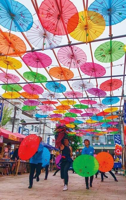 オープニングセレモニーでは「伊那よさこい青龍」メンバーが和傘の下で演舞