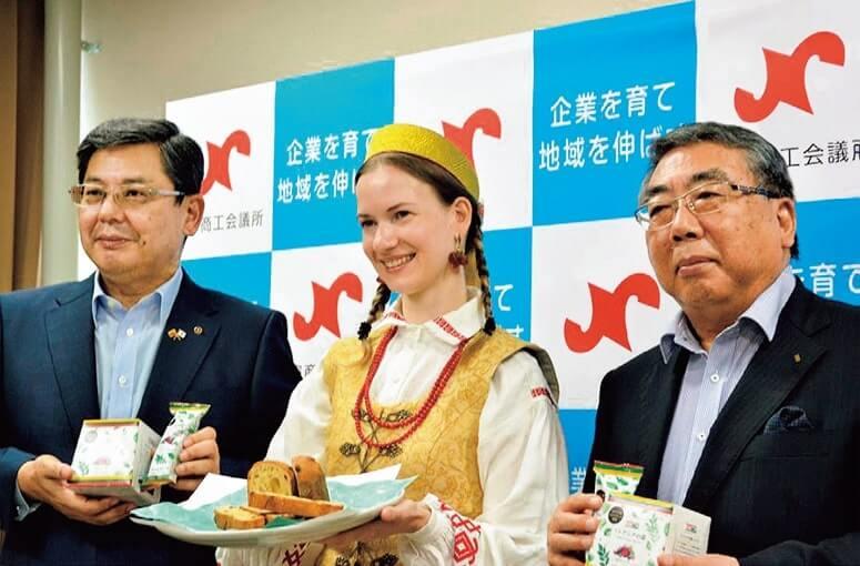 記者会見する村瀬会長(左)