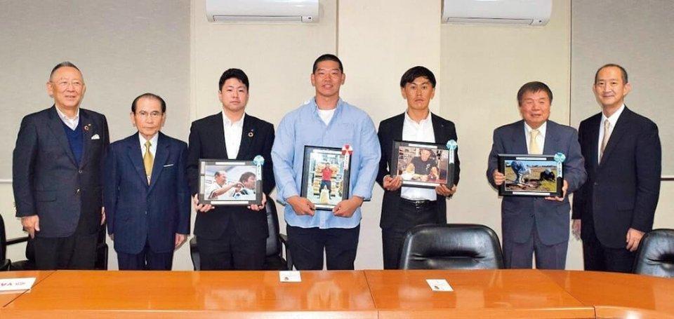 受賞者の皆さんと鈴木会頭(左)ら