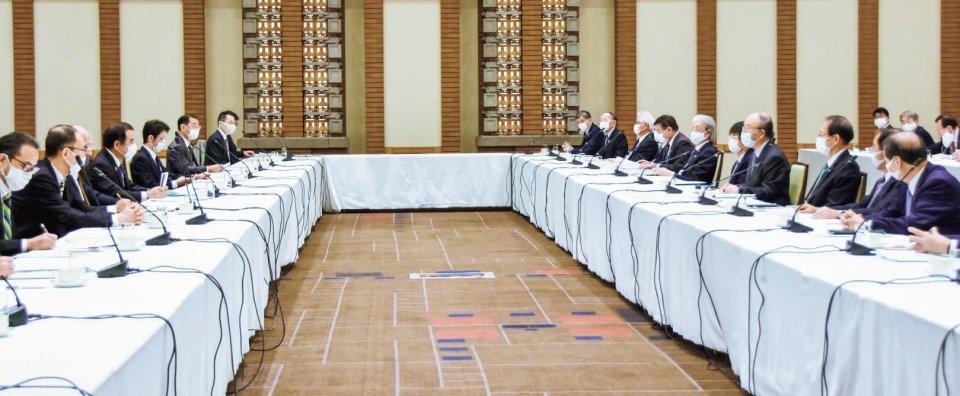 内閣府・内閣官房の幹部(左)と懇談する商工会議所関係者
