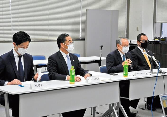 記者会見を行う陣内会長(右から2人目)