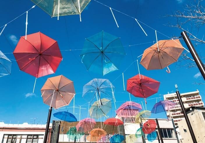 日中はカラフルな傘が空に映える