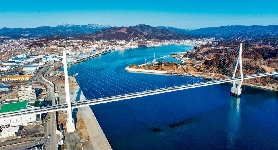 2021(令和3)年3月6日に開通した三陸沿岸道路(三陸道)の気仙沼湾横断橋。斜長橋の長さは1344㍍で東北最大