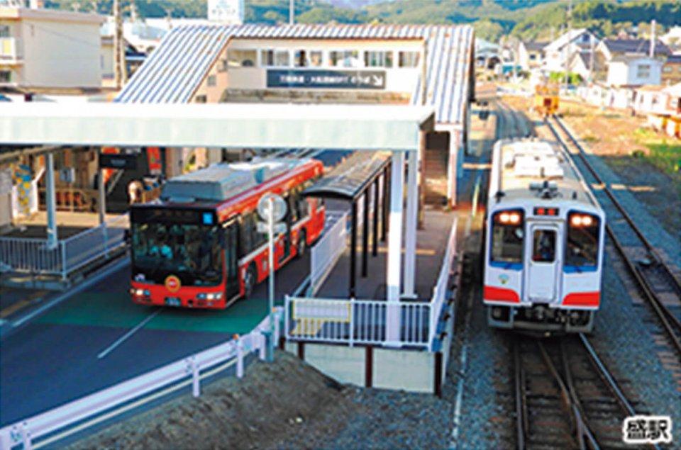 左が気仙沼線のBRT(バス高速輸送システム)(出所 JR東日本)