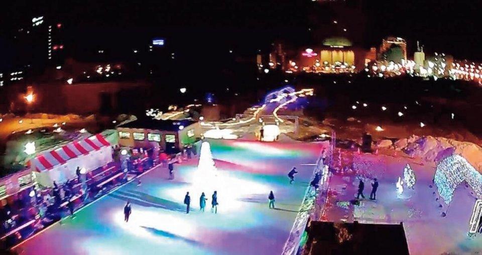 赤や青の光と音楽で演出したスケートリンク
