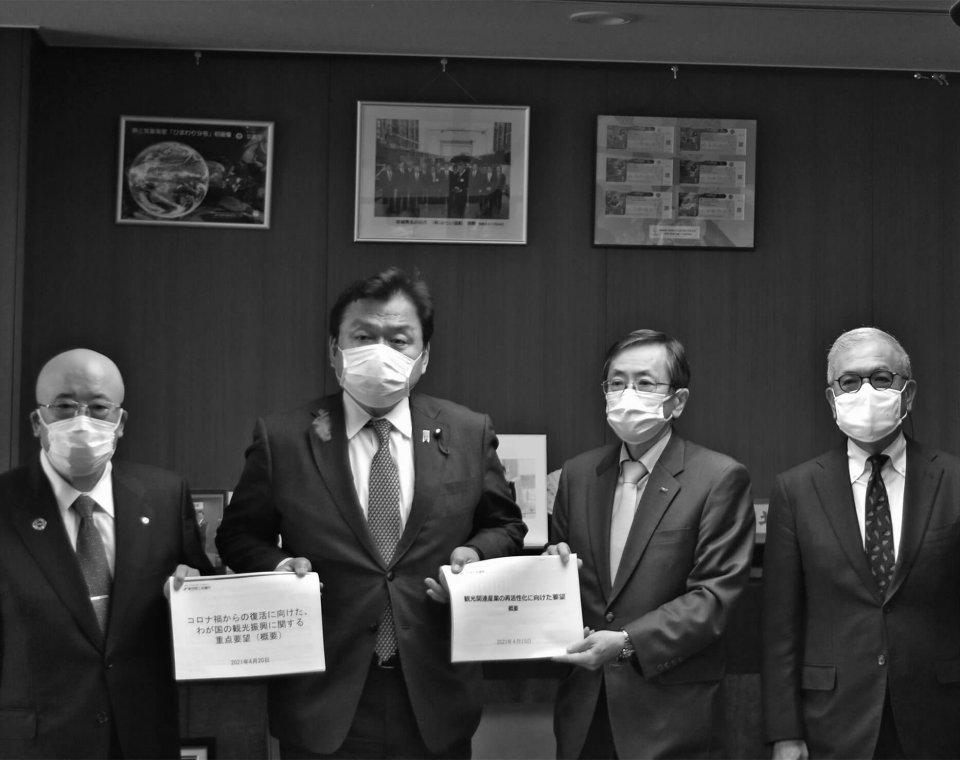赤羽国交相(左から2人目)に要望書を手渡す篠辺委員長(左から3人目)