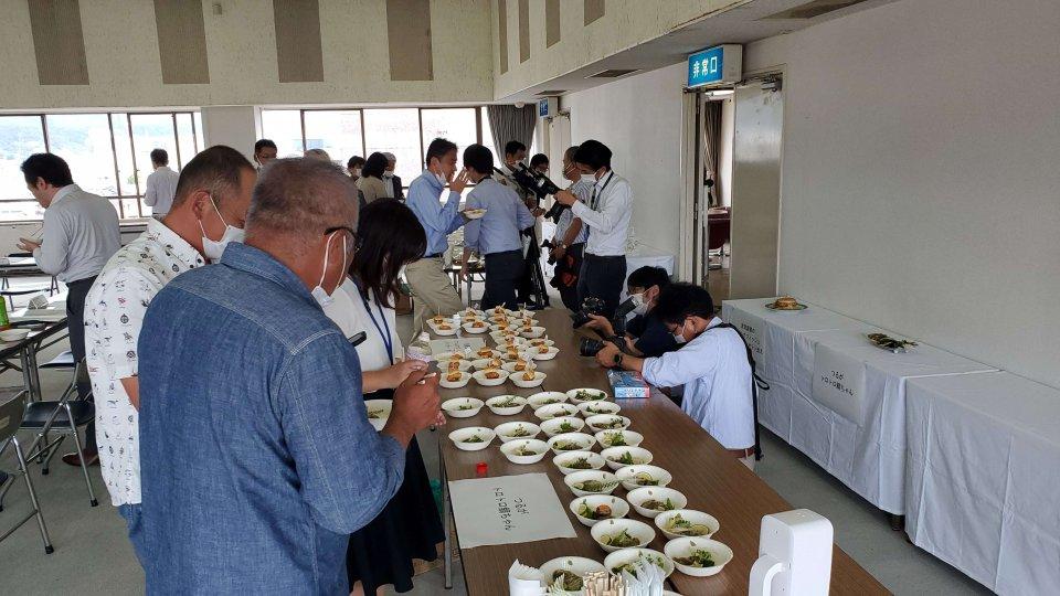 最終審査。書類審査で選ばれた5品を生産者や市などの関係者らが試食して審査した